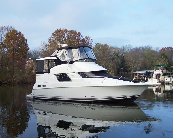 Silverton 372 Motor Yacht Starboard Bow