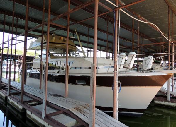 Chris-Craft 410 Commander Yacht Stb. Side