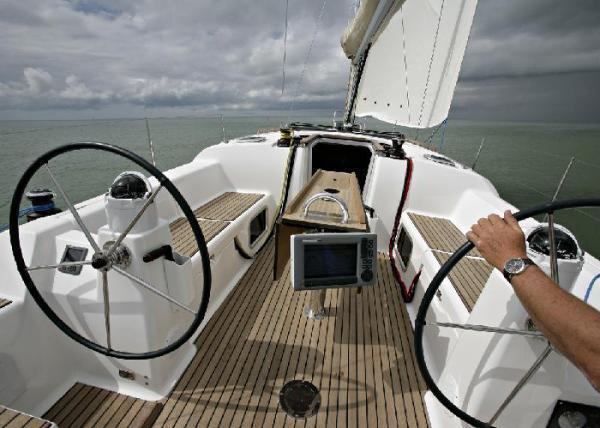 Dufour 380 GL - cockpit