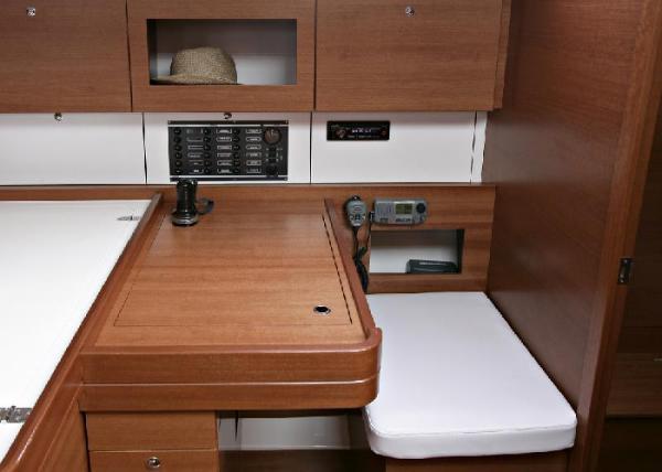Dufour 380 GL - Navigation Table