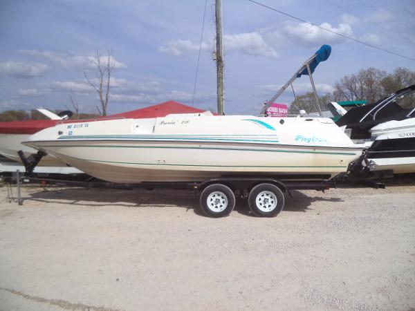 Playcraft Previa 2500 Deck Boat