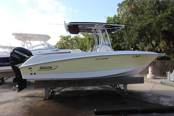Boston Whaler 220 Outrage Boston Whaler 220 Outrage