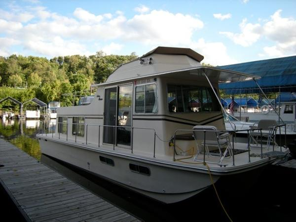 Holiday Mansion Houseboat In the slip