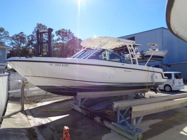 Boston Whaler 27 VANTAGE DUAL CONSOLE Exterior profile in her dry slip