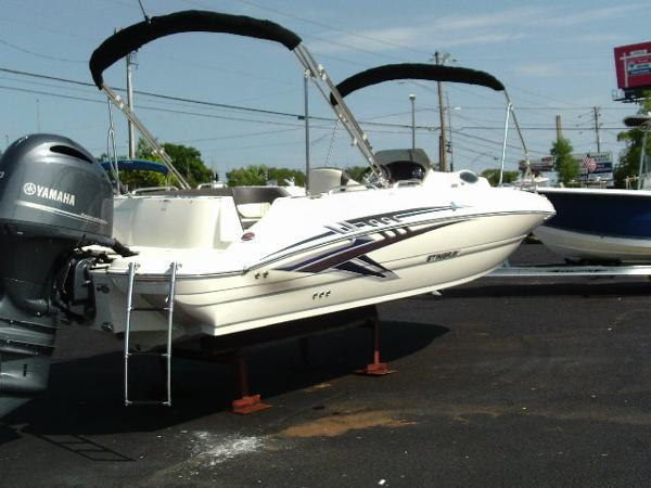 Stingray 212 SC Deck Boat