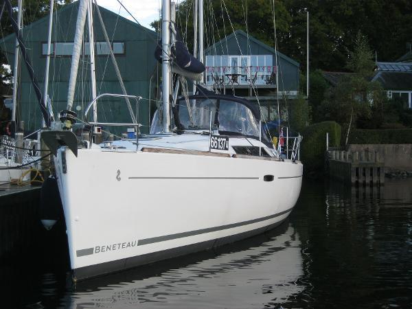 Beneteau Oceanis 37 -Bow view