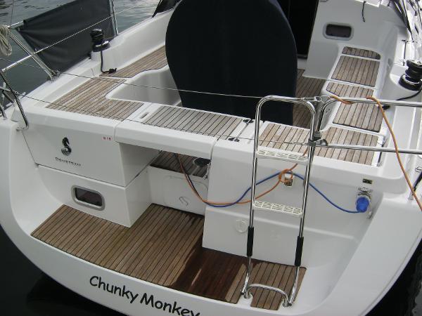 Beneteau Oceanis 37 - Solid wood laid bathing platform