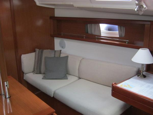 Beneteau Oceanis 37 - Starboard side saloon seating