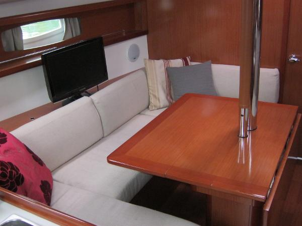 Beneteau Oceanis 37 - Saloon seating with table