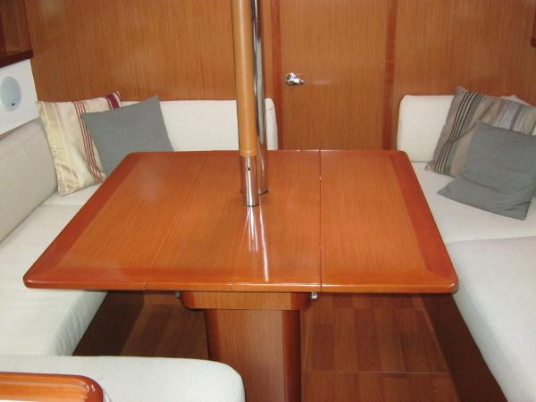 Beneteau Oceanis 37 - Saloon table with extended leaf
