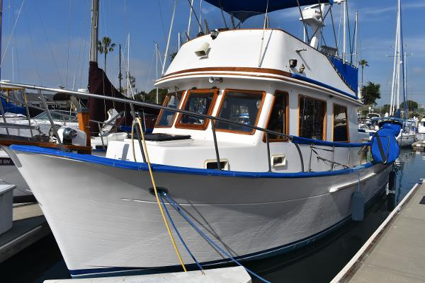 CHB 34 trawler Port Bow