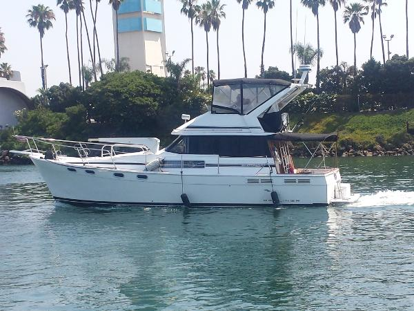 Bayliner 3888 Motoryacht Portside Underway