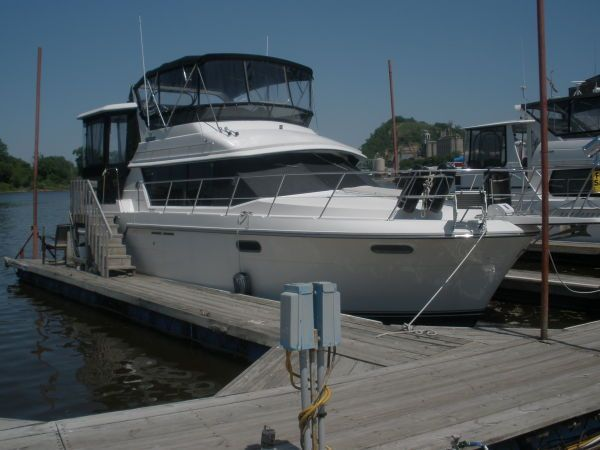 Carver 3807 Aft Cabin Motoryacht In water view