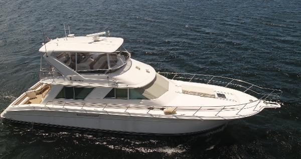 Sea Ray 550 Sedan Bridge starboard side exterior - main