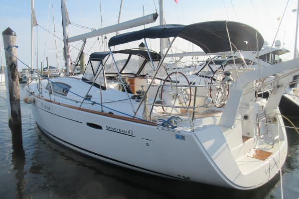 Beneteau 43 Three Stateroom Beneteau 43 Mutressa from port