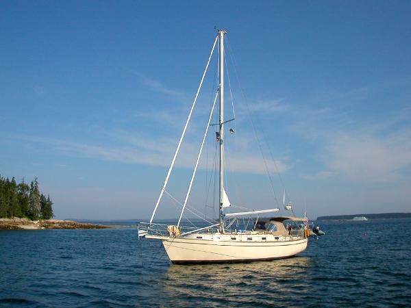 Island Packet 38 Port Exterior