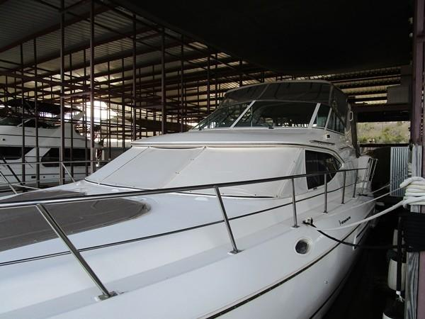 Cruisers Yachts 4450 Express Motoryacht Stb. Side