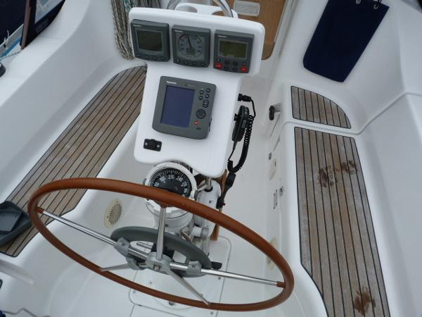 Beneteau Oceanis 323 - Wheel & Binnacle