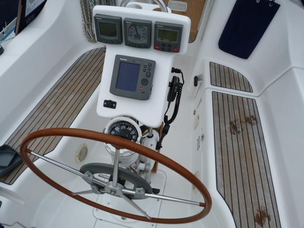 Beneteau Oceanis 323 - Wheel & Binnacle
