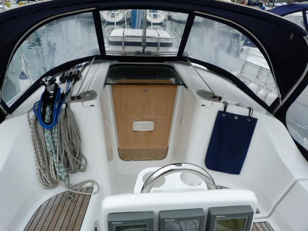 Beneteau Oceanis 323 - View of Sprayhood & Companionway