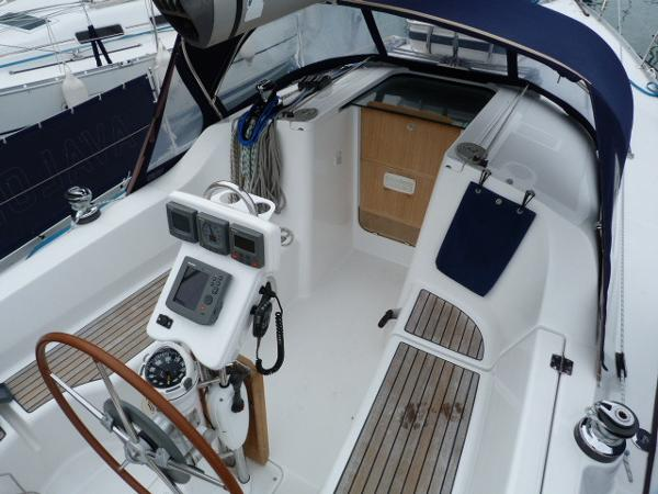 Beneteau Oceanis 323 - View of Cockpit