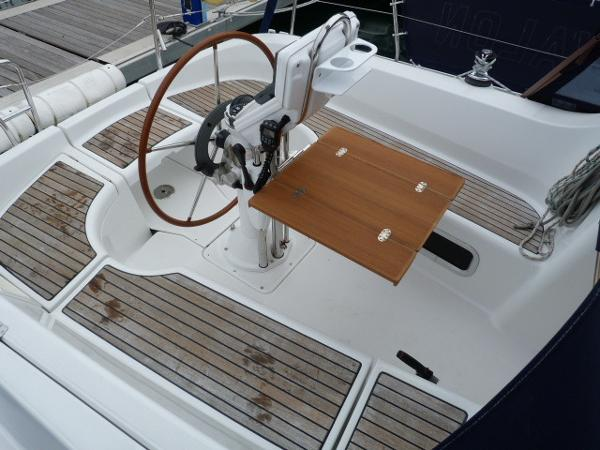 Beneteau Oceanis 323 - Cockpit & Open Teak Table
