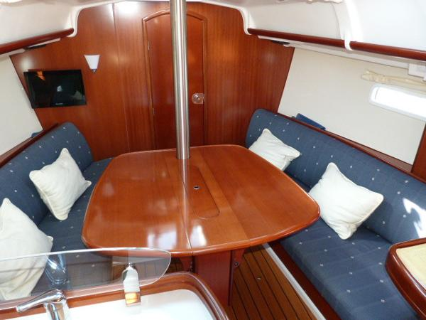 Beneteau Oceanis 323 - Saloon Table