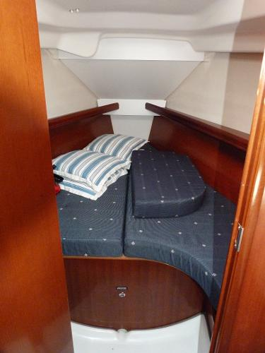 Beneteau Oceanis 323 - Forward Cabin & V Berth