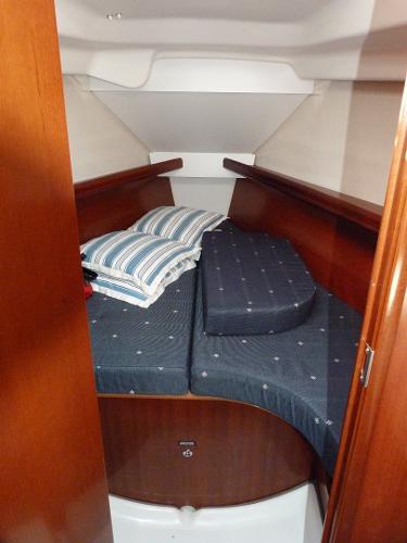 Beneteau Oceanis 323 - Forward Cabin & V Berth