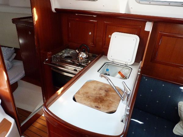 Beneteau Oceanis 323 - Galley