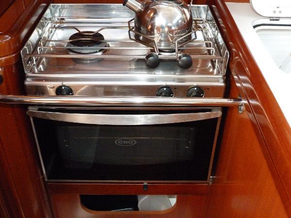 Beneteau Oceanis 323 - Gas Oven & Twin Hob Burner