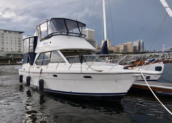 Bayliner 4087 CPMY Starboard bow at dock