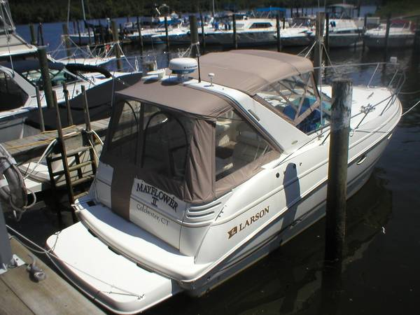 Larson Cabrio 330 Mid Cabin Photo 1