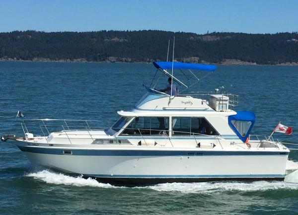 Uniflite 36 Sport Fish Underway