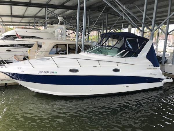 Cruisers Yachts 280 CXi Express Port side profile at dock