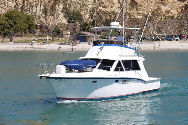 Hatteras 38 Convertible Port Bow