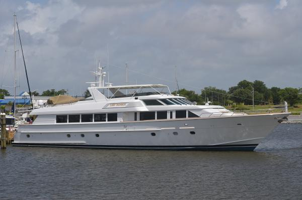 Hatteras RAISED PILOTHOUSE...300 ENGINE HOURS SINCE NEW IN 2010 LADY MONROE