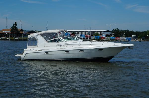 Cruisers Yachts 3375 Express 33' Cruiser