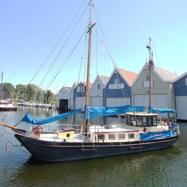 Sailing Barge living a board