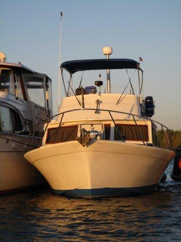 Luhrs Flybridge Rafted out
