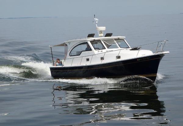 Mainship Pilot 34 Sedan Under way