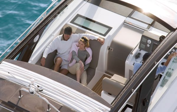 Sealine S380 Helm Lifestyle