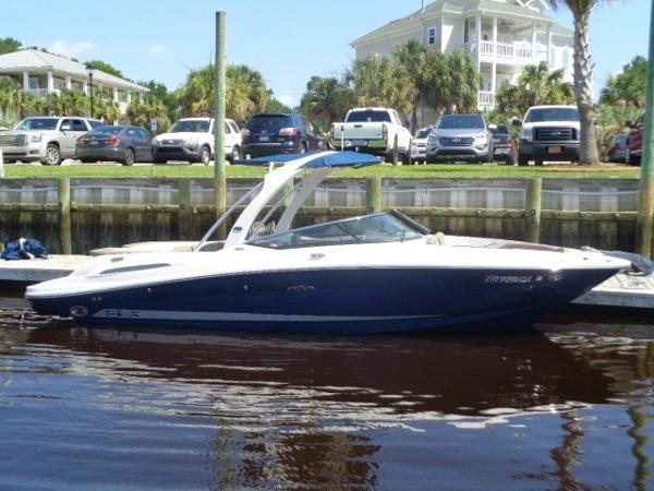 Sea Ray 250 SLX Exterior profile at dock