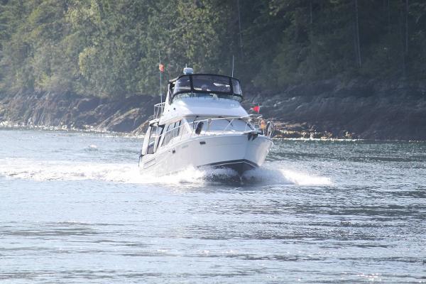 Bayliner 3388 Command Bridge Motoryacht Cruising