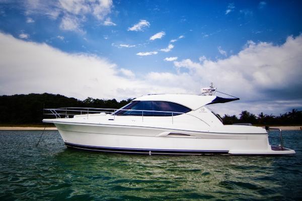 Riviera 3600 Sport Yacht Riviera 3600 side profile