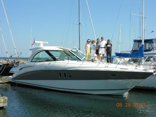 Cruisers Yachts 390 Sports Coupe with family at the dock
