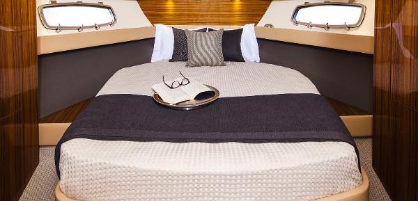 Maritimo C43 Sports Yacht Cabin