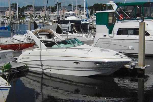 Larson Cabrio 274 Mid Cabin At the Dock Port Side