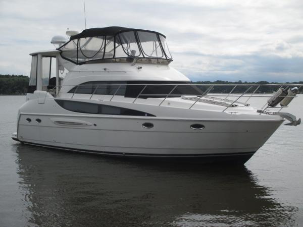 Meridian 408 Motoryacht Starboard Bow