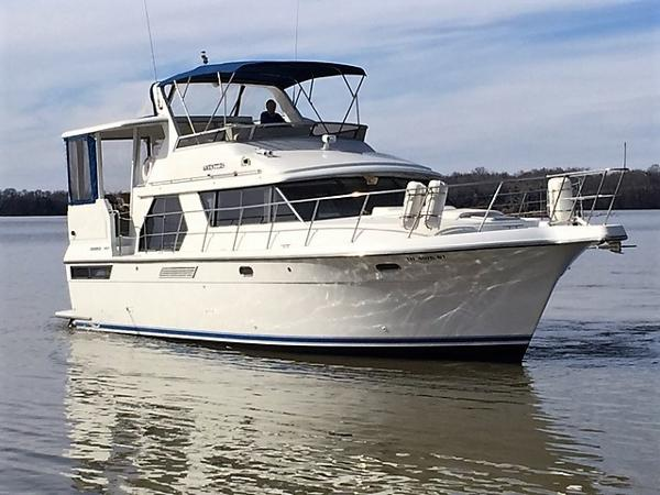 Carver 440 Aft Cabin Motor Yacht Starboard Bow